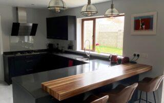 Tavola Kitchen - Hacienda Black Stained Slab Door, Marango Quartz Worktop, Solid Wood Breakfast Bar - 4