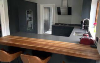 Tavola Kitchen - Hacienda Black Stained Slab Door, Marango Quartz Worktop, Solid Wood Breakfast Bar - 5
