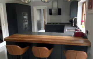 Tavola Kitchen - Hacienda Black Stained Slab Door, Marango Quartz Worktop, Solid Wood Breakfast Bar - 6